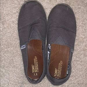 Toms size youth 5, women's 7. Great condition!
